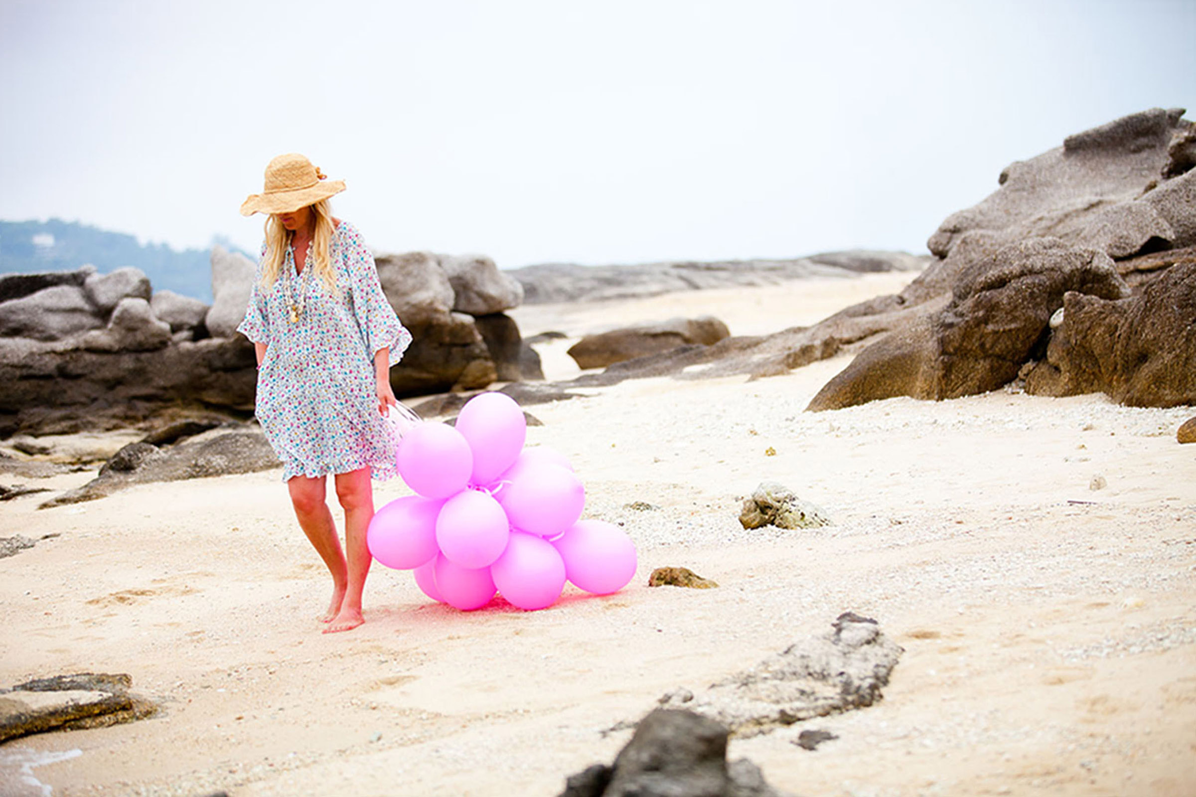 kvinna-med-ballonger-pa-strand-thailand-chilloutnorway