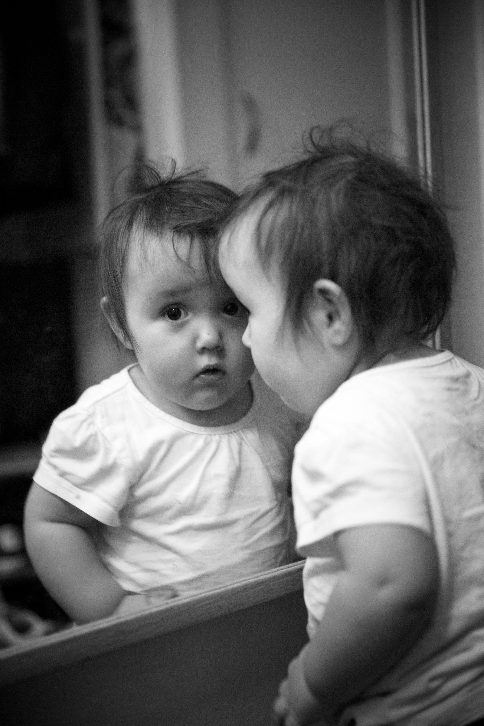 barn-som-tittar-i-spegel