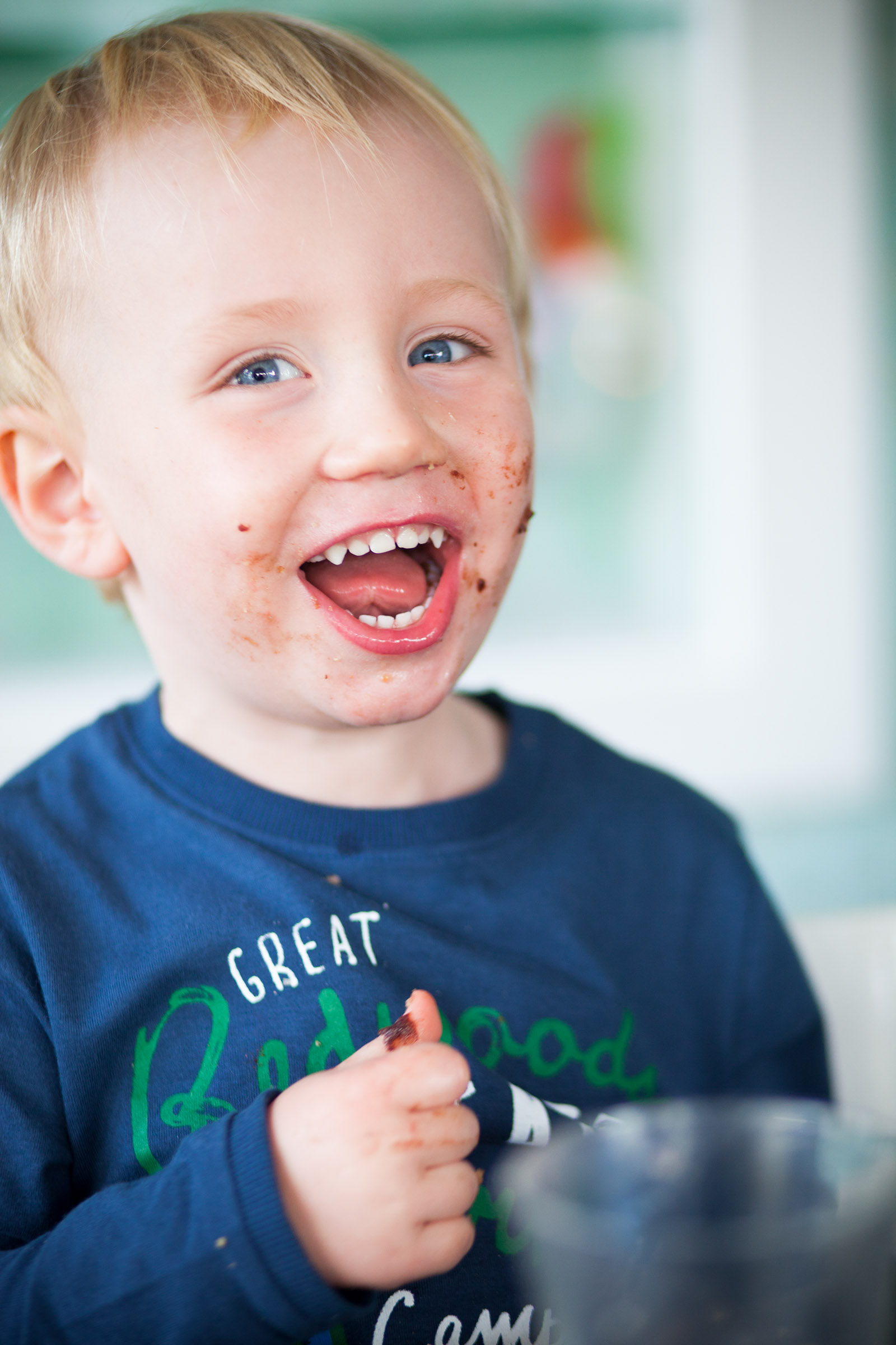 barnportratt-glad-kille-med-glass-i-ansiktet