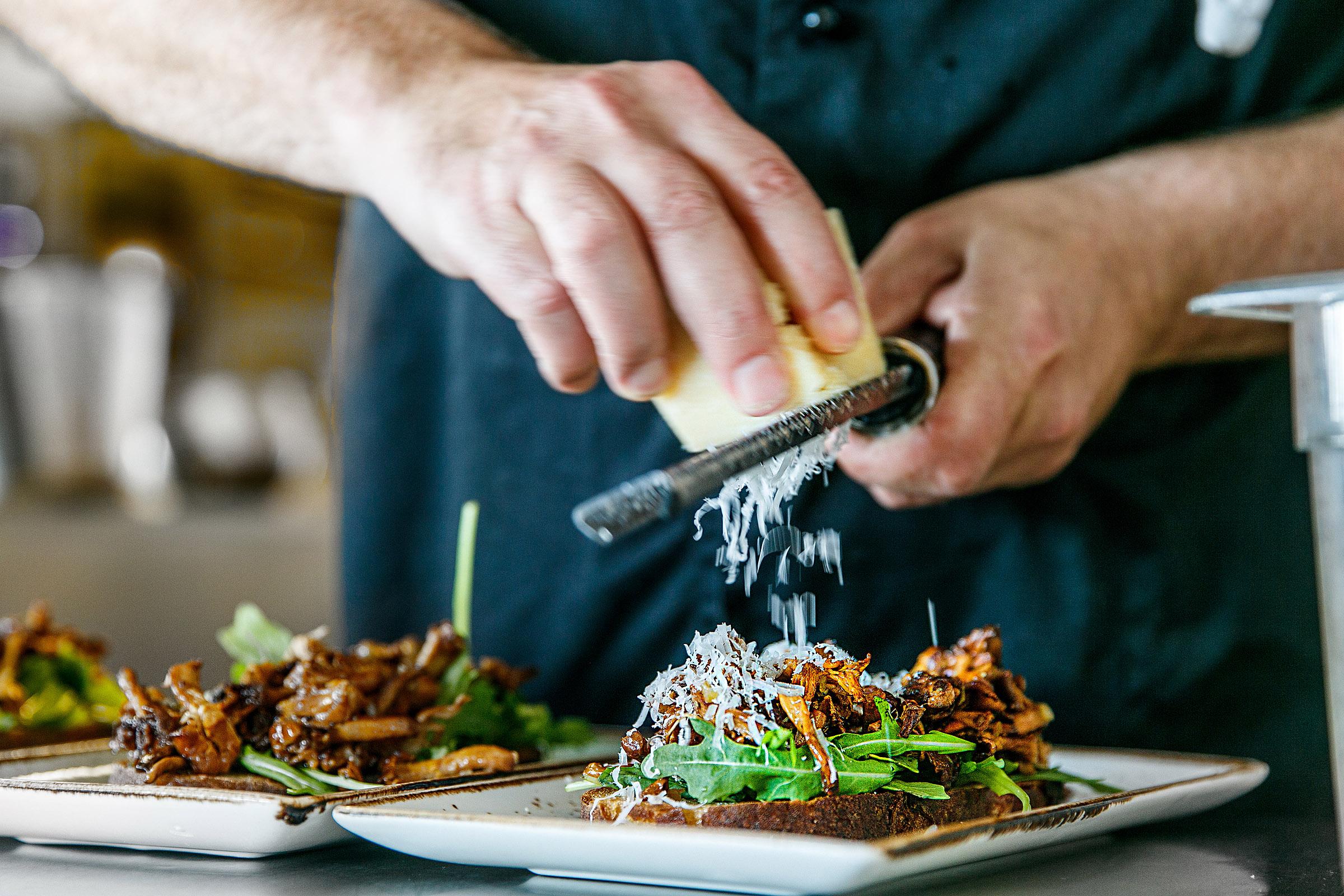 kock-tillreder-kantarelltoast-river-parmesan